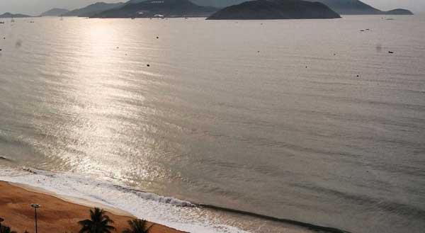Пляж и море рядом с Golden Beach Nha trang фото