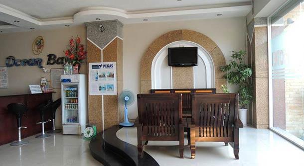 Стойка рецепции в отеле Океан Бей в Нячанге