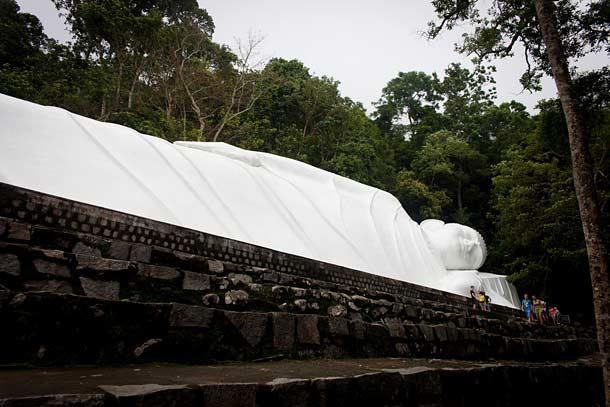 Статуя лежащего Будды в Муйне (Вьетнам)