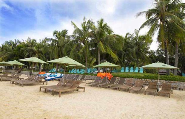 Пляж с шезлонгами в MerPerle Hon Tam Resort