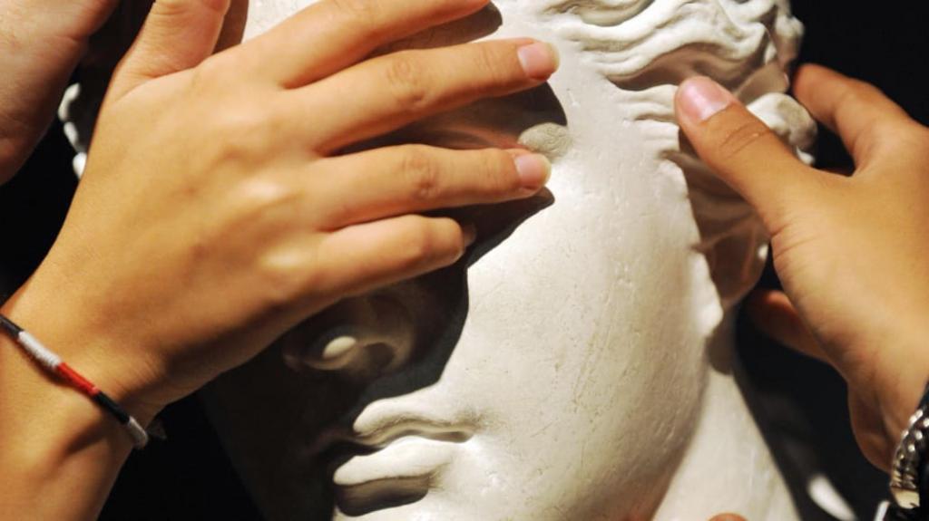7 грубых нарушений этикета, которые совершают туристы в крупных мировых музеях